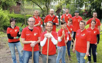 Aktionstag in der Schule am Baumschulenweg: Ausgestattet mit Schaufeln und guter Laune packte das Team der Sparkasse Bremen kräftig mit an.