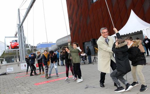 Thomas Fürst hebt mit Kindern ein 1500kg schweres Fahrzeug