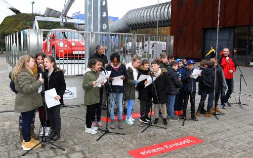 Wir singen das Hebelgesetz: Die Kinder der Oberschule Helgolander Straße unter der Anleitung von Youtuber DorFuchs