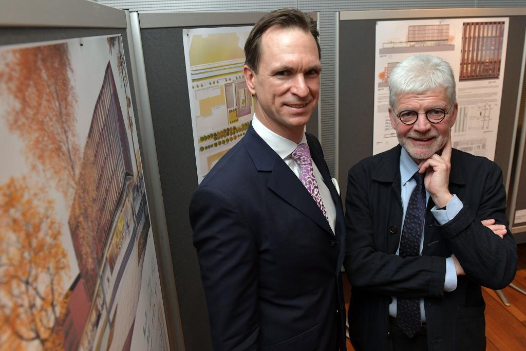 Dr. Tim Nesemann, Vorstandsvorsitzender der Sparkasse Bremen und Michael Frenz, beratender Architekt, bei der Präsentation der ausgewählten Entwürfe für das neue Verwaltungsgebäude der Sparkasse Bremen