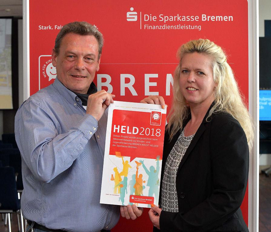 """""""Wir lernen wohnen"""": Die Idee für das Projekt an der Schule für Hören und Kommunikation an der Marcusallee hatte Schulleiter Thomas Hohenhinnebusch (links), unterstützt von Ines Schuldt, Geschäftskundenberaterin bei der Sparkasse Bremen."""