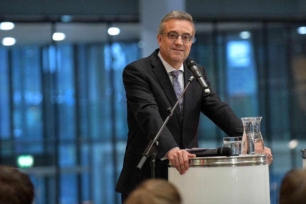 Vorstandsmitglied der Sparkasse Bremen Thomas Fürst eröffnete die Ausstellung am 24. April Am Brill