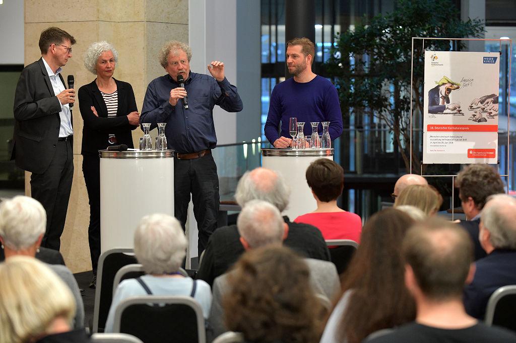 (v.l.n.r) Thomas Döbler (Weser-Kurier), Miriam Wurster, Til Mette und Tobias Schülert diskutierten am Eröffnungsabend über den Sinn und Unsinn von Karikaturen im digitalen Zeitalter.