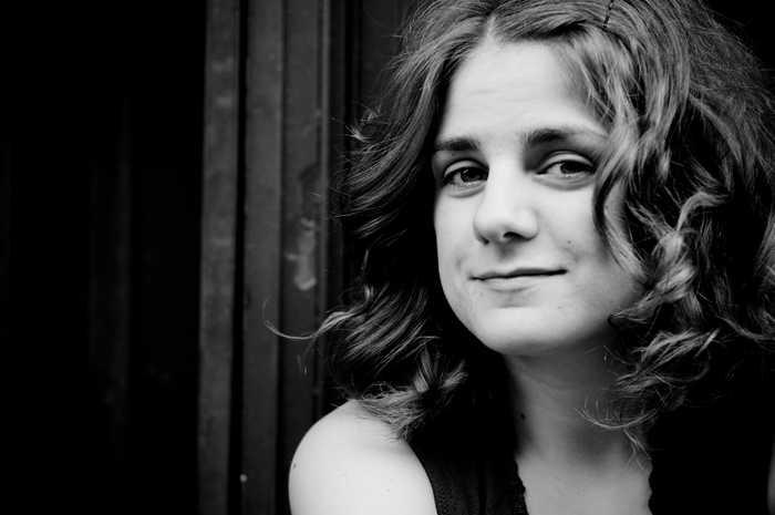 Durch ihr Klavierstudium hat Stephanie Nilles eine brilliante musikalische Technik. Eine gute Portion Sarkasmus, politische Meinung und Improvisation machen den Abend zu einem Erlebnis