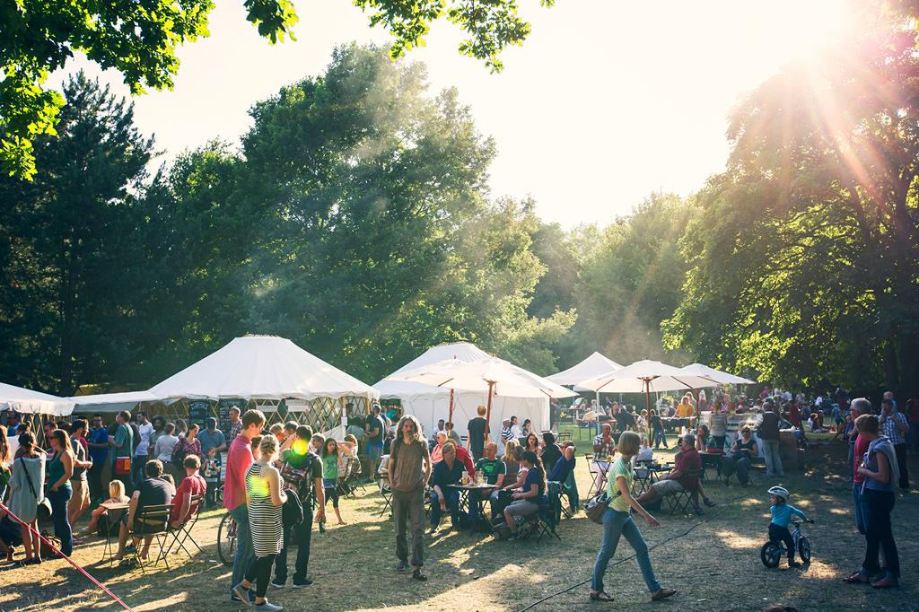 "Im Grünen tanzen, Musik hören und lecker essen - das geht bei dem 13. Musik-und Kulturfestival ""Summersounds""."
