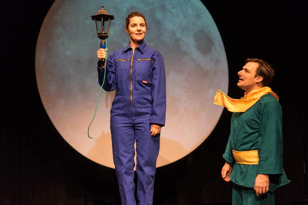 Der kleine Prinz geht auf Entdeckungsreise und lernt neue Persönlichkeiten und Ereignisse kennen. Vier Mal wird das Stück im Schnürschuh Theater aufgeführt.