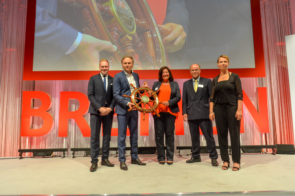 """v.l.n.r. Moritz Stich (""""Die jungen Unternehmer""""), Frank und Yasemin Vierkötter (INTERHOMES AG), Dr. Heiko Staroßom (Die Sparkasse Bremen), Franka Reitzenstein (Vorsitzende """"Die Familienunternehmer"""")"""