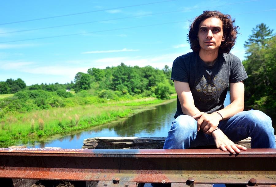 Nico Rivers bringt Emotionen und tiefsinnige Lyrics auf die Bühne, sodass sich jeder seiner Auftritte intim anfühlen.