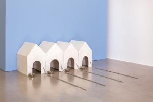 Künstlerinnen-Ausstellung Böttcherstraße (c) Inge Mahn_Hundehütten_VG Bild-Kunst Bonn