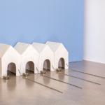 Inge Mahn: Hundehütten, 1977 Gips, Ketten und Metallnäpfe ©Inge Mahn; Courtsy of the artist; Max Hetzler, Berlin | Paris and Kadel Willborn, Düsseldorf, VG Bild-Kunst, Bonn 2019