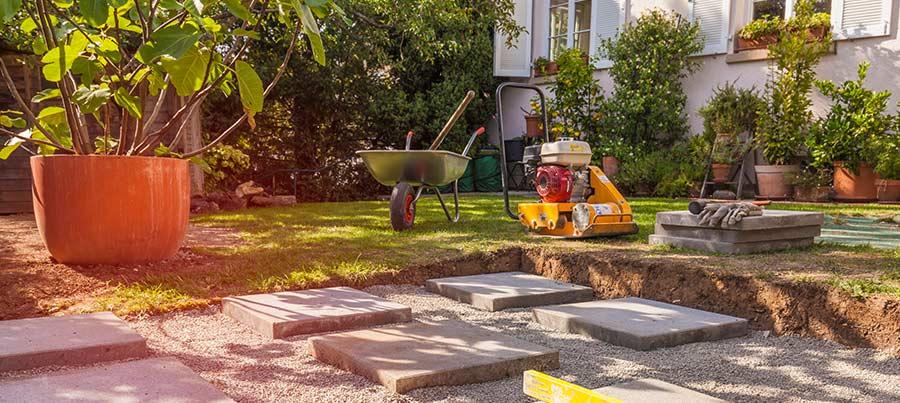 Im Garten wird eine neue Terrasse gebaut.